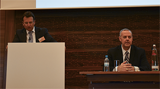 Georg Pietsch, Abteilungsleiter im Bundesamt für Wirtschaft und Ausfuhrkontrolle und Todd Willis, United States Bureau of Industry and Security auf der Bühne (verweist auf: BAFA/U.S. Export Control and Compliance Update)